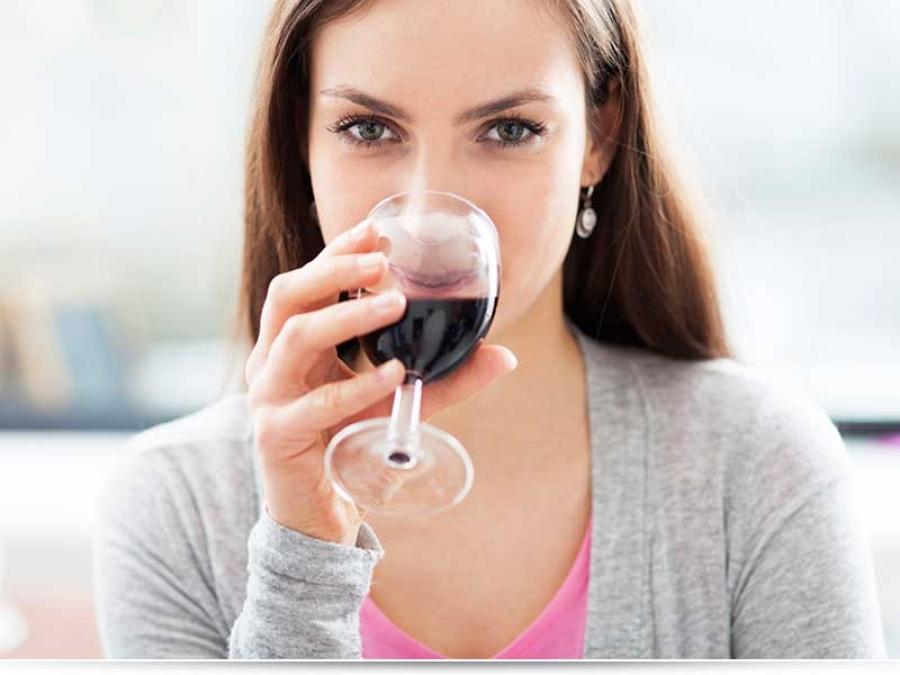 Можно ли пить вино кормящей маме?