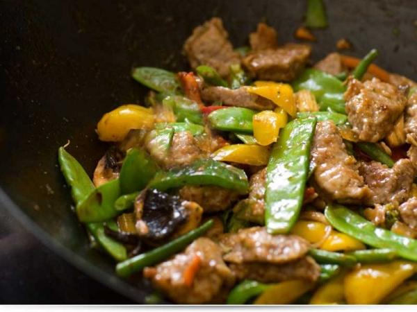 Салат из огурцов, мяса и соевого соуса - рецепт для вок сковородок