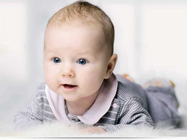 Со скольки месяцев ребенок начинает держать голову?